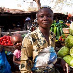 Vegetable seller carrying her daughter at the market in Bamako Mali. February 2012.  #mali #bamako #youngmother #vegetablemarket #motheranddaughter #markets #marketstall #africa #africana #portrait #portrait_ig #streetportrait #exploringtheworld #peopleatwork #dutourdumonde #nikonlove #nikonnofilter #resourcetravel