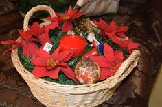 Esta sencilla cesta de mimbre es perfecta para tus adornos rojos y verdes.