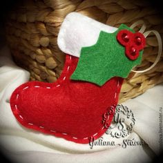 Felt Christmas Crafts ~stocking with holly tree ornament. Felt Christmas Decorations, Christmas Ornaments To Make, Christmas Sewing, Felt Ornaments, Handmade Christmas, Christmas Stockings, Christmas Felt Crafts, Diy Xmas, Christmas Projects
