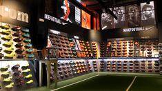 Zona específica para botas con taco.   Foto: Marcela Sansalvador para futbolmania.com #futbolmania #marcelasansalvador #futbol11 Football Soccer, Soccer Store