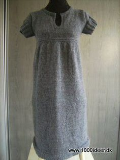 Størrelse: S - M - L - XL - XXL - XXXLMaterialer: DROPS Alpaca og Silke-Tweed fra Garnstudio.Den viste model er strikket i str. small og der er anvendt ca. 250 gr. af Alparca og 250 gr. Silke-Tweed. Den oprindelig opskrift kommer fra Garnstudio, men er lavet om, så den er strikket på rundpind, er strikket med andet garn, og er strikket længere. Se evt. http://www.garnstudio.com/lang/dk/visoppskrift.php?d_nr=110&d_id=32&lang=dk DROPS Rundp nr 4½ + 5 (80 cm). Strikkefasthed: 17 m x 22 p…