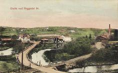 Heggedal i Asker kommune, Akershus fylke. kolorert bilde med jernbanestasjonen, industri, bebyggelse, elv. Stemplet 1915