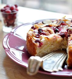 Light Norwegian Apple Cake by kuchiniaagaty: Made with 1 egg and only 2 Tbsp butter, this cake is moist and crunchy because of almond flakes with the sweetness balanced by some cranberries on the top. #Light #Apple_Cake #kuchniaagaty