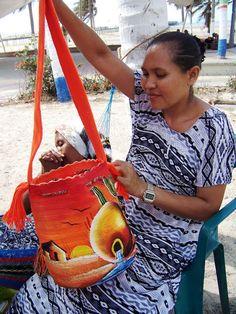 Ecos de la Guajira Wiggly Crochet, Crochet Cap, Form Crochet, Crotchet Bags, Knitted Bags, Mochila Crochet, Tapestry Crochet Patterns, Crochet Backpack, Tapestry Bag