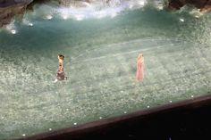 La sfilata di Fendi davanti alla Fontana di Trevi - Il Post