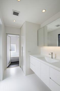 シャープに見せる洗面台 Condo Bathroom, Narrow Bathroom, Laundry In Bathroom, Modern Bathroom, Modern Home Interior Design, Interior Design Living Room, Toilet Tiles, Muji Home, Japanese Bathroom