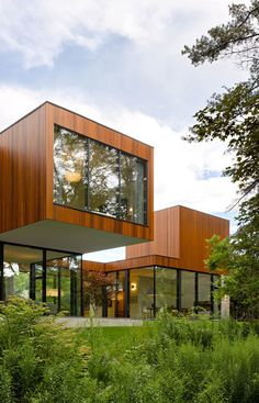 In a bid to re-establish close relationships between family generations, Toronto-based architecture and design studio Williamson Williamson has created 'The House on Ancaster Creek' in Ontario, Canada. Design Exterior, Modern Exterior, Interior And Exterior, Residential Architecture, Contemporary Architecture, Roof Architecture, Box Houses, Modern House Design, Home Fashion