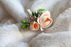 Pettine da sposa con perle, accessori per capelli da sposa fiore verde bianco, copricapo floreale parrucchino. Сarnations e fresie. Fatto a mano.