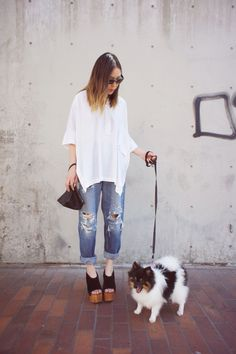 Nice 99+ Simple and Casual Street Style Oversize White Shirt with Jeans Ideas. More at http://aksahinjewelry.com/2017/10/16/99-simple-casual-street-style-oversize-white-jeans-ideas/