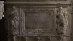Inscripción conmemorativa bajo las tumbas reales de la Casa de Aragón...