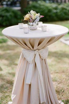 Resultado de imagem para decoração festa mesa de convidados com toalha presa