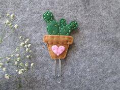 FeltieandClips by TinyFeltHeart Felt Bookmark, Bookmark Craft, Diy Bookmarks, Felt Crafts Diy, Felt Diy, Diy Crafts To Sell, Arts And Crafts, Felt Flowers, Fabric Flowers