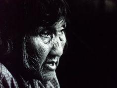 Lola Kiepja en 1966. Foto de Anne Chapman. Pueblo aborigen de la Isla Grande de Tierra del Fuego Patagonia, Latina, Tribal Face Paints, Native Place, Famous Pictures, We Are The World, South America, Portrait, Photography