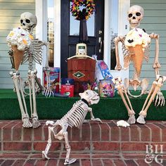 Create a spooky Halloween skeleton display to add bone-chilling excitement to your outdoor Halloween decorations. These Halloween yard decorations will be amusing during the day but frightful at night. Halloween Outside, Outdoor Halloween, Holidays Halloween, Halloween Crafts, Halloween Party, Halloween 2018, Funny Halloween, Halloween Stuff, Halloween Camping