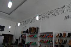 Cenefa para almacén de calzado Bottini En Bogotá tel. 3176746222 - 6087286 contactanos@gfdecoraciones.com Track Lighting, Photo Wall, Ceiling Lights, Frame, Home Decor, Vinyls, Footwear, Decoration Home, Products