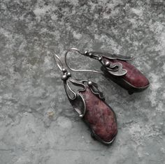 Turmalínky Náušnice jsou vyrobeny z cínu a růžového turmalínu. Rozměry náušnic jsou 15 mm x 40 mm (včetně háčků) Zavírání je ze stříbrného drátku 0,8 mm Ag 925/1000. Váha jedné náušky je 6 g.