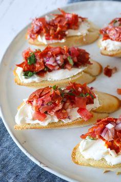 Brødhapsere Med Tomat Og Chorizo - Bruschetta Inspireret Brød - Jeg elsker at lave haspere med brød. Disse brødhapsere er toppet med masser af lækkert fyld og hvis du ikke har smagt flødeost med tomatsalsa og sprød chorizo, så er det på tide! #snack #hapser #flødeost #brød No Salt Recipes, Great Recipes, Healthy Recipes, Chorizo, Always Hungry, Savoury Dishes, What To Cook, Creative Food, Finger Foods