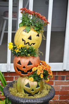 Would you believe that these topsy turvy pumpkins started off as cheap, orange plastic pails? Easy project for your fall decorating! Holidays Halloween, Halloween Crafts, Halloween Decorations, Outdoor Halloween, Rustic Halloween, Autumn Decorations, Halloween Season, House Decorations, Fall Crafts