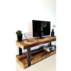 Tv-meubel Timber. In de serie Timber past ook dit Tv-meubel prachtig. Gemaakt van robuust oude plafondbalken met een stoer stalen frame.  Heel leuk te stylen door gebruik te maken van losse manden die op de onderste plank geplaatst kunnen worden. Of gewoon lekker open zoals hier