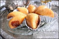 Un makrout farci d'une farce aux amandes et parfumé à la cannelle et au miel