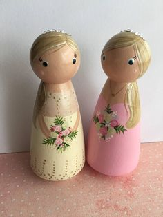 Peg Dolls Cake Toppers Wooden Bride & Groom in Kilt, personalised handmade gifts. Wood Peg Dolls, Clothespin Dolls, Diy Crafts For Adults, Diy And Crafts, Personalised Gifts Handmade, Spool Crafts, Bijoux Fil Aluminium, Doll Painting, Tiny Dolls