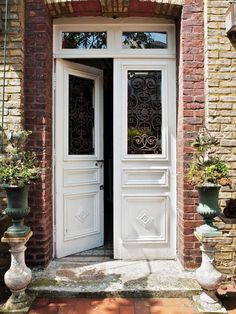 45 Ideas for exterior front door white Home Door Design, Garage Door Design, Front Door Design, Front Door Entrance, Exterior Front Doors, Carriage Doors, Cheap Doors, Roller Doors, Unique Doors