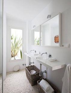 Fürdőszoba fehér mosdópulttal kavicsburkolat