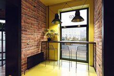 Перед стартом работы над проектом дизайнеры студии Zooi ознакомились с брендбуком кафе и техническими возможностями помещения.