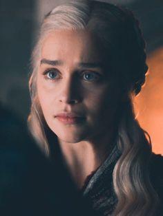 Emilia Clarke - as Daenerys Targaryen - Arte Game Of Thrones, Game Of Thrones Facts, Game Of Thrones Quotes, Emilia Clarke Daenerys Targaryen, Pastel Blonde, White Blonde, White Hair, Emilie Clarke, Action Movies