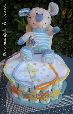 diaper cake Baby Shower Baskets, Baby Shower Diapers, Baby Shower Gifts, Baby Gifts, Baby Nappy Cakes, Diaper Cakes, Rosalie, Baby Shawer, Baby Socks