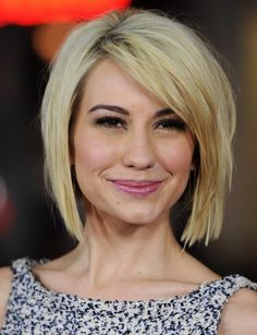 2014 Short Hairstyles: Blunt Bob with Side Bangs-The fine sleek hair lies neatly along the sides of the face. The side part balances out her forehead charmingly.