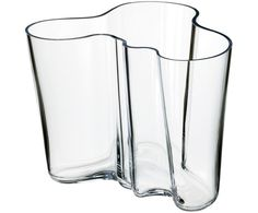iittala Aalto Clear Vase - For 70 years, the Savoy vase, designed by Finnish architect and furniture designer Alvar Aalto, has been one of the most famous pieces of glass in history. In Aalto anonymously entered his vase d. Vase Transparent, Design Transparent, Alvar Aalto Vase, Vase Vert, Cristal Art, Design Vase, Clear Vases, Large Vases, Organic Shapes
