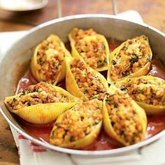 Pour 6 personnes .Préparation > 30 min . cuisson 55 min. Ingrédients 24 conchiglioni 500 g de veau haché (frais, surgelé ou sous vide) 2 oignons 2 gousses d'ail 60 cl de coulis de tomates 1 bouq…