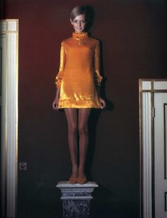 Photographed by Cecil Beaton for Vogue, Twiggy models a Jean Varon mini dress in yellow velvet 1967 Sixties Fashion, 60 Fashion, Fashion History, Retro Fashion, Fashion Models, Vintage Fashion, 1960s Mod Fashion, Yellow Fashion, Dress Fashion