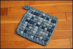 woven denim potholder tutorial by barefoot kitchen witch Sewing Hacks, Sewing Crafts, Sewing Projects, Potholder Loom, Denim Rug, Denim Fabric, Denim Quilts, Denim Scraps, Jean Crafts