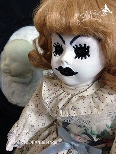 Get your creep on and scare the kids witless with 3 simple spooky dolls. Perfect for your Halloween decorations or, just to freak out the kids all year round. Halloween Doll, Halloween Fashion, Creepy Halloween, Halloween Crafts, Halloween Decorations, Halloween Costumes, Halloween Face Makeup, Scary Dolls, Samhain