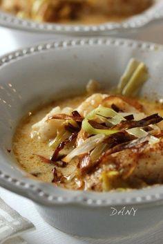 Salé - Blanquette de cabillaud au curry et poireaux frits. Pour 4 : 800 g de dos de cabillaud * 2 petits oignons * 2 poireaux * 20 cl de bouillon de volaille * 20 cl de crème fraîche * 1 càc de curry * 1 càc de maïzena * 20 g de beurre * 1 càs d'huile d'olive * 10 cl d'huile de friture * sel, poivre. Recette sur le site.