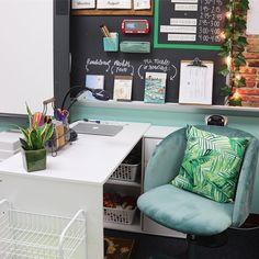 Flexible Seating Classroom Decor Ideas For 2019 Calm Classroom, Classroom Layout, Classroom Decor Themes, High School Classroom, Classroom Environment, Future Classroom, Classroom Teacher, Teacher Desk Decorations, Teacher Chairs
