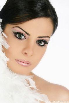 Impressive and Elegant Make Up Style. Smokey vision
