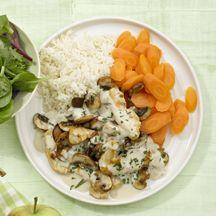 Geschnetzeltes mit Reis 11     50 g trockener Reis    1 Prise(n) Jodsalz      250 g Champignons, frisch      150 g Hähnchenbrustfilet, roh      1 Stück (klein) Zwiebel/n    1 TL Pflanzenöl    200 ml Gemüsebrühe, zubereitet, (1/2 TL Instantpulver)      3 EL Frischkäse (bis 1 % Fett absolut)    1 Prise(n) Pfeffer      3 Stück Karotten/Möhren    1 EL (gehackt) Petersilie      1/2 Kopf Blattsalat    1/2 Päckchen Fix für Salatsauce    1 TL Kräuter