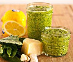 1 maço de folhas de rúcula lavadas 1 dente de alho picado 1 colher (sopa) de nozes picadas 1/2 xícara (chá) de azeite de oliva 3 colheres...
