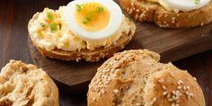 Fini's Feinstes - Rezeptsuche - Dinkelweckerl mit Eieraufstrich Comfort Food, Bagel, Hamburger, Bread, Kollektiv, Breakfast, Fett, Food Items, Food Food