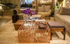 A mesa de centro, da loja Érea, tem ripas de aço pintadas de cobre. Ambiente de Paola Ribeiro na Casa Cor SP