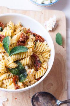 Ganz ehrlich, auf die Pasta mit Salbei, getrockneten Tomaten und Feta bin ich verdammt stolz. Endlich habe ich das perfekte Copycat-Rezept für die Pasta Salvia vom Vapiano ausgetüftelt. Würzig, cremig