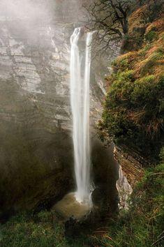La cascada de Gujuli (Goiuri en euskera) no es sólo la vista de las aguas del río Oiardo que se precipitan salvajemente al vacío. Es el entorno, es la música que lleva el agua, es el silencio de sus senderos y la paz de sus prados. Estamos en el enclave...