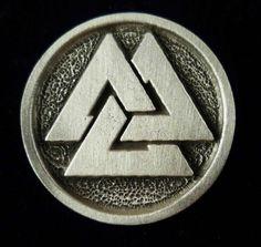 El Valknut del nórdico antiguo: valr (guerrero difunto) y knut (nudo), es un símbolo compuesto por tres triángulos entrelazados, los nueve angulos del Valknut representan los nueve mundos de la cosmología nórdica; cada triángulo representa una vinculación entre los mundos: el primer triángulo une Asgard, Vanaheim y Jötunheim; el segundo triángulo a Alfheim, Svartálfaheim y Midgard; y el tercer triángulo a Muspelheim, Niflheim y Helheim.