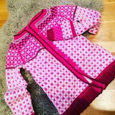 #wiola #wiolakofte #wiolakofta #strikking #garn #strikke #kofte Fair Isle Knitting Patterns, Bunt, Textiles, Instagram Posts, Jumper, How To Make, Color, Inspiration, Type