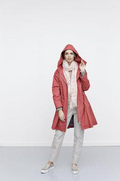 Hvis du er fan af vores klassiske gummi-frakke model – er denne frakke det perfekte forårsalternativ. Den har samme smarte, tidløse snit, lynlås midtfor og lynlåslommer. Vi har årelang erfaring med denne frakke silhuet og ved at den klæder utrolig mange.