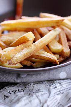 Mmmm, de bonnes frites maison, on ne peut pas y résister ! Faire des frites, cela demande tout de même un peu de travail. Il ne s'agit pas d'éplucher et de Food Porn, Herd, Peeling, French Food, French Fries, Carrots, Detox, Dinner Recipes, Potatoes