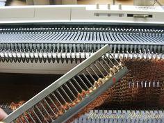 Umhängen des Bündchens   Arbeiten mit dem Deckerkamm beim Socken stricken,  umhängen des Bündchens von HNB auf VNB